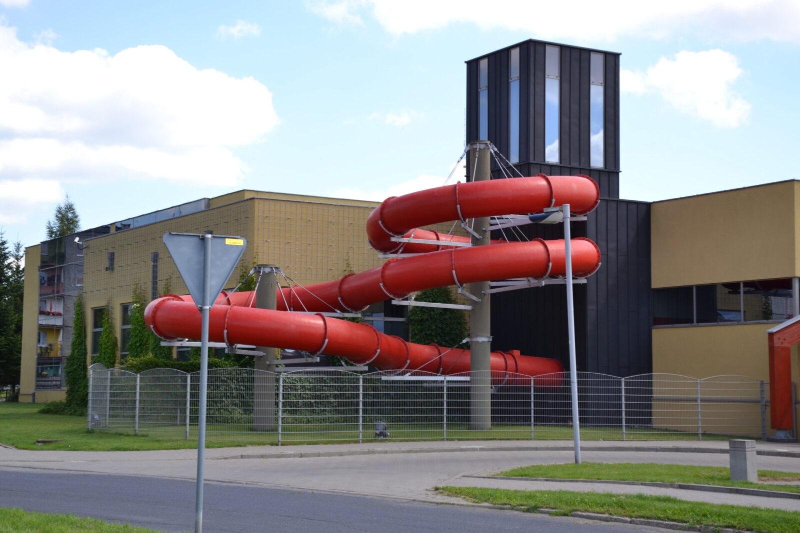 Budynek pływalni w Międzyrzeczu - widok z zewnątrz.