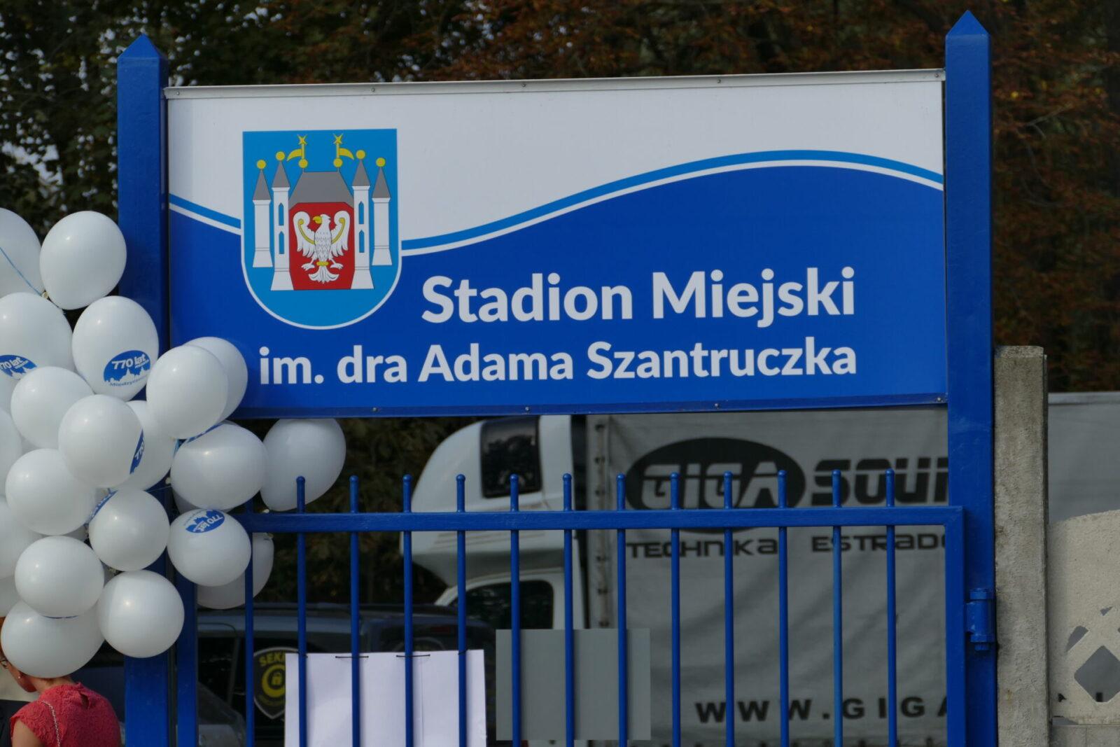 Stadion - Tablica informacyjna z nazwą umieszczona przy wejściu na obiekt.