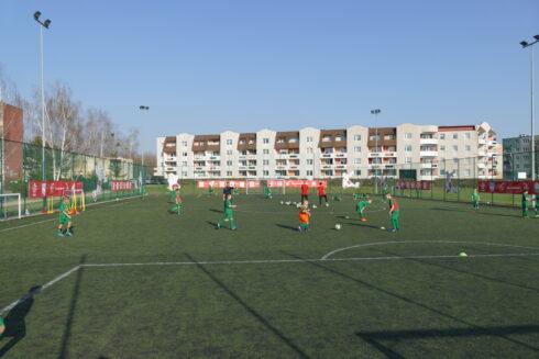 Boisko Orlik w Międzyrzeczu. Dzieci grające w piłkę.