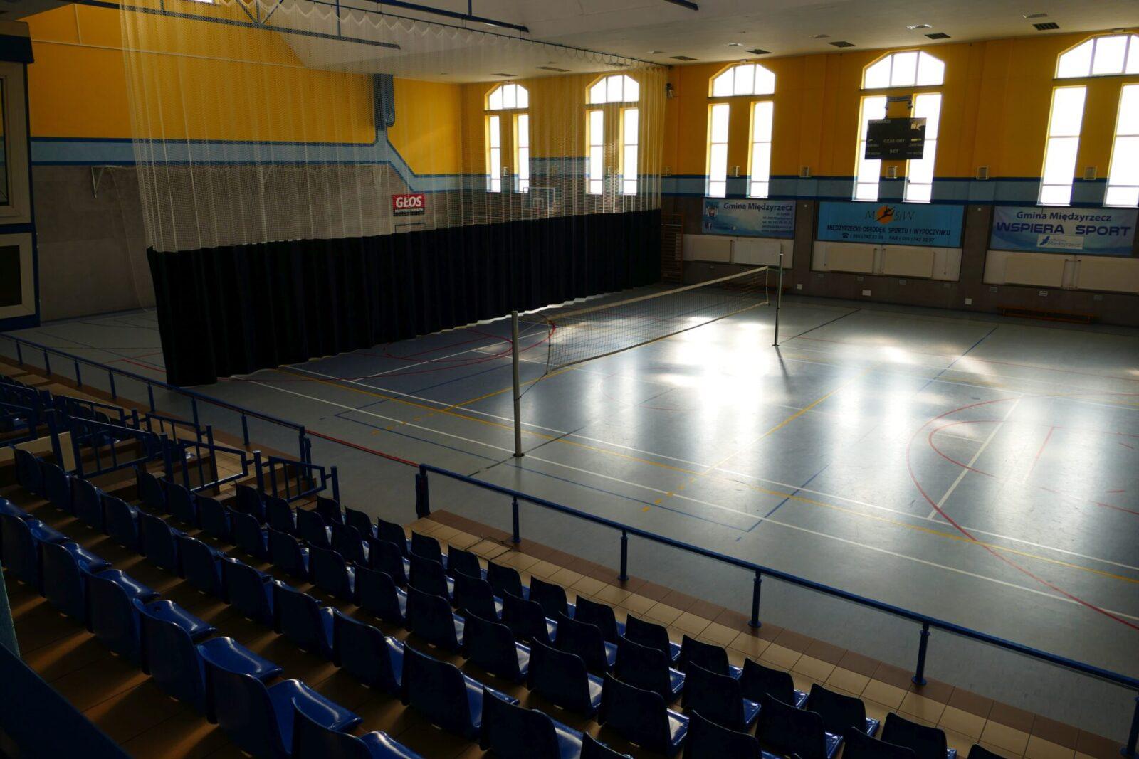 Hala Sportowa w Międzyrzeczu. Widok z trybun na boiska.