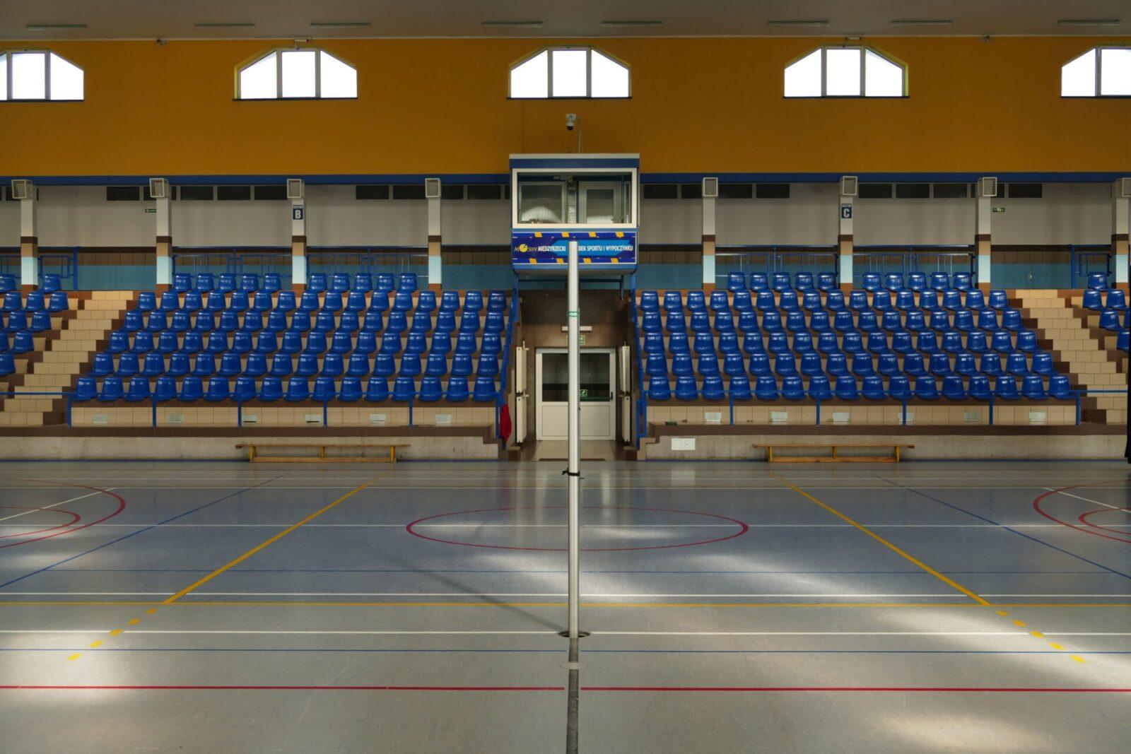 Hala Sportowa w Międzyrzeczu. Widok na trybuny.
