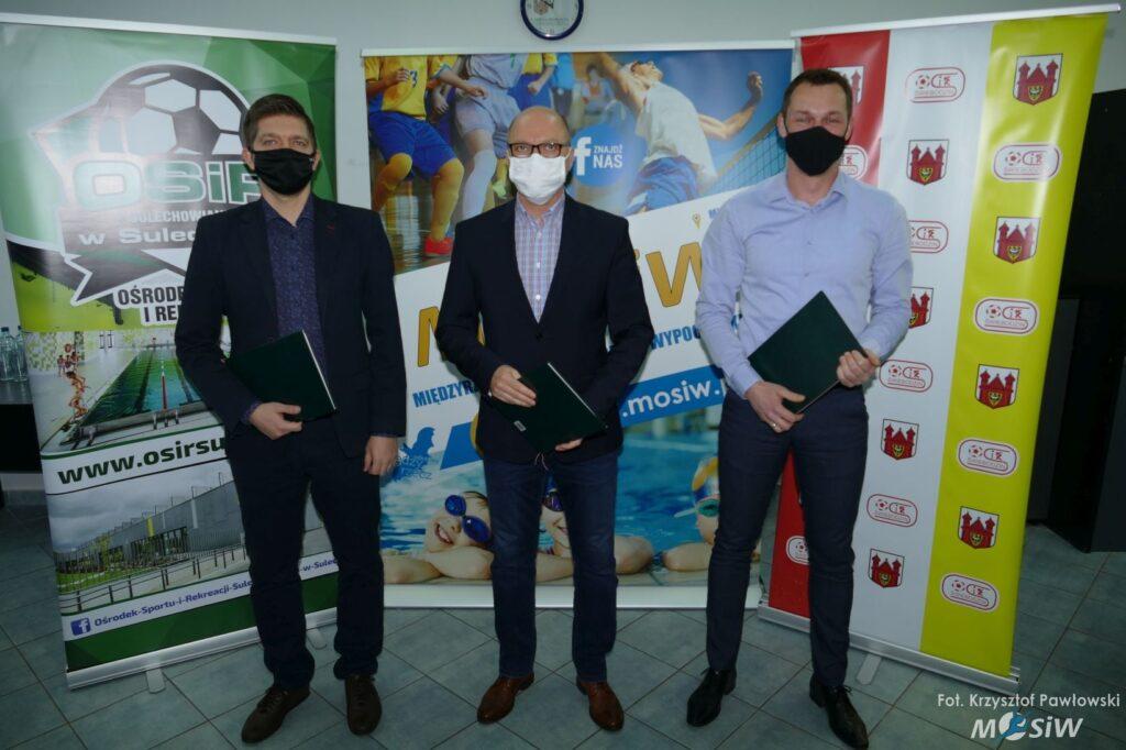 Zdjęcie przedstawia trzech dyrektorów Ośrodków Sportu