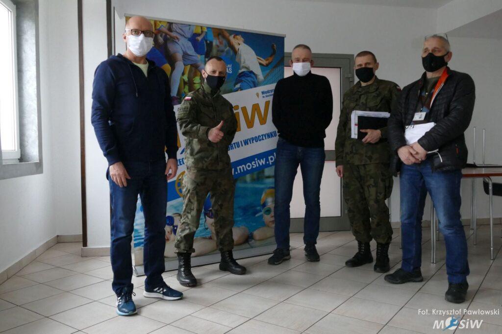 Zdjęcie przedstawia dyrektora Międzyrzeckiego Ośrodka Sportu oraz przedstawicieli Jednostki Wojskowej w Międzyrzeczu.