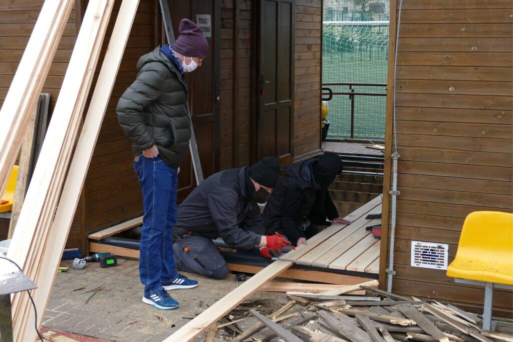 Pracownicy MOSiW remontują budynki sportowe na terenie boisk orlik w Międzyrzeczu.