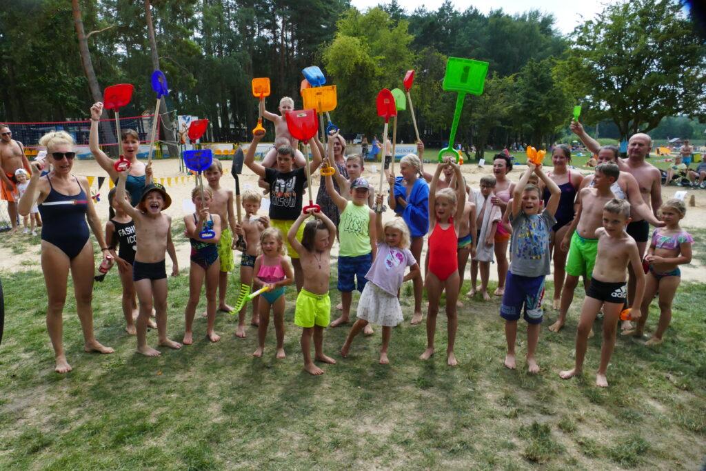 Uczestnicy konkursu budowania rzeźb piaskowych na plaży Jezior Głębokie.