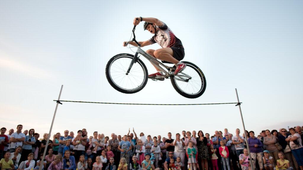 Akrobata bijący rekord w skoku wzwyż na rowerze