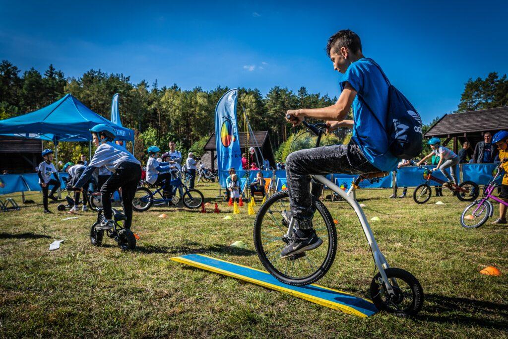 Nastolatek na dziwnie skonstruowanym rowerze podczas festynu