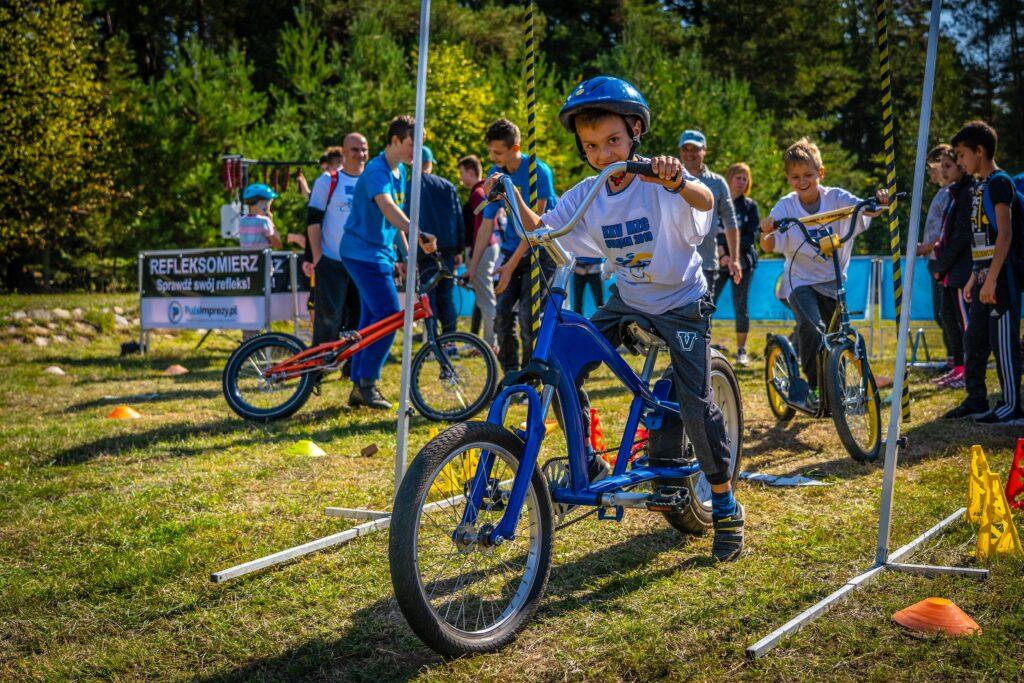 Chłopiec na rowerze typu BMX